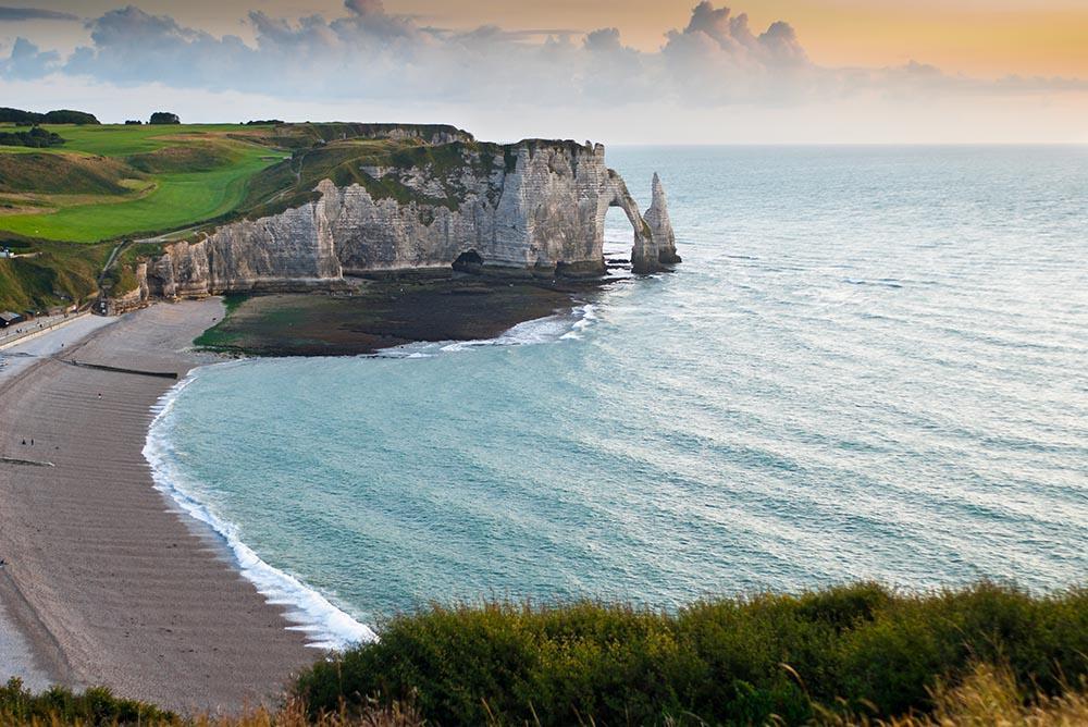 """""""@Franciaymas: Bonne semaine à tous!!!  Image: Les falaises d'Etretat #Normandie #MagnifiqueFrance http://t.co/zUC4RU05xM""""@CrettenandS"""