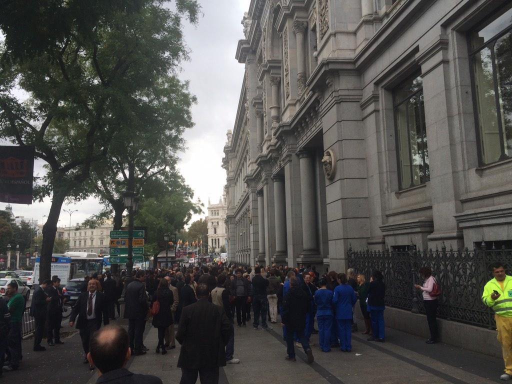 Huele a chorizo RT @juanmafdez Desalojan el Banco de España por un incendio. Al parecer ha sido cerca de las cocinas http://t.co/K1nafpSKcL