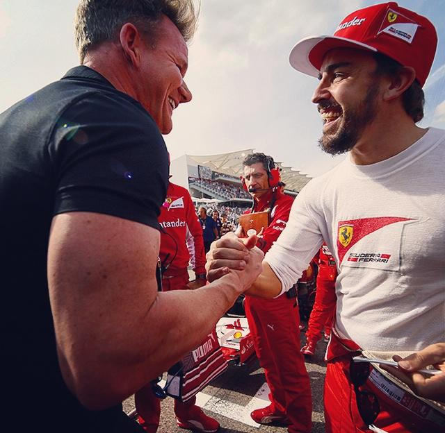. @GordonRamsay wishes @alo_oficial good luck before the start of @circuitamericas @f1 #usgp @InsideFerrari #cota http://t.co/PmTIQkKlV1