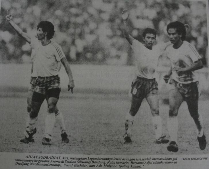 Adjat sudrajat of persib showed the middle finger to the arema's bench after a goal celebration, 1990s http://t.co/5sgYf5rsNm