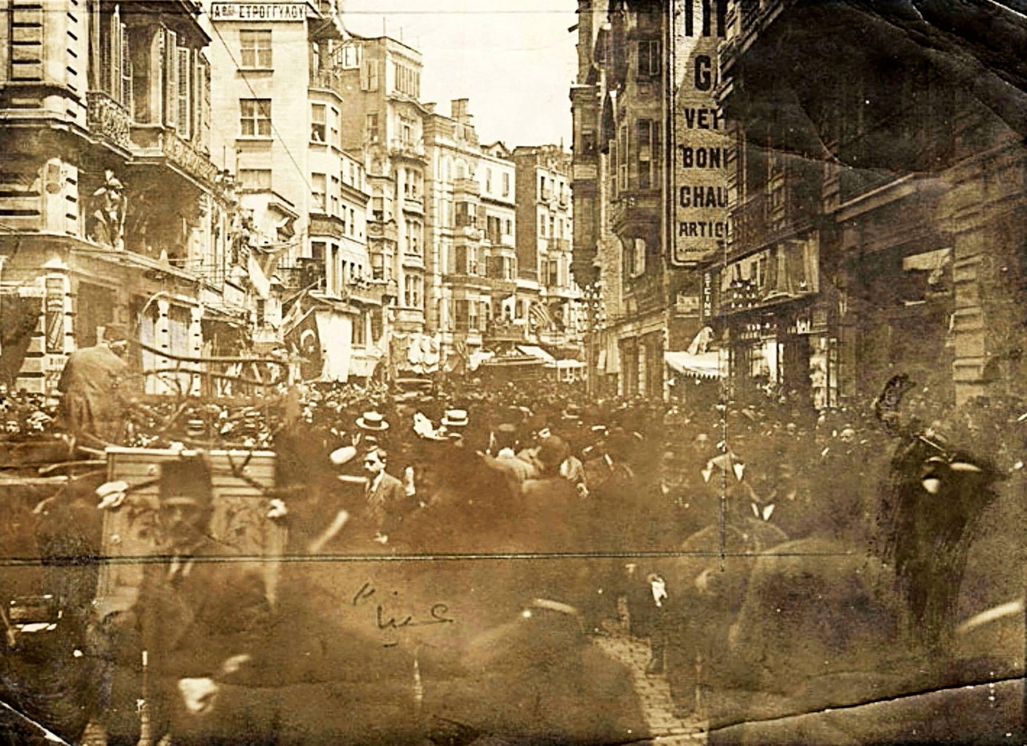 İstiklal Caddesi (1920'li yıllar) #Beyoğlu #istanbul http://t.co/HPsV3phBDR