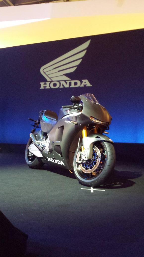 I gave up hope of Honda making a mental V4 superbike any time soon. I'm glad I was wrong: http://t.co/dt9BrFQClB