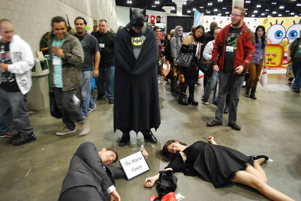 Meilleur cosplay : le couple des époux Wayne qui pose tragiquement devant chaque personne déguisée en Batman http://t.co/LSlS5NxH5v