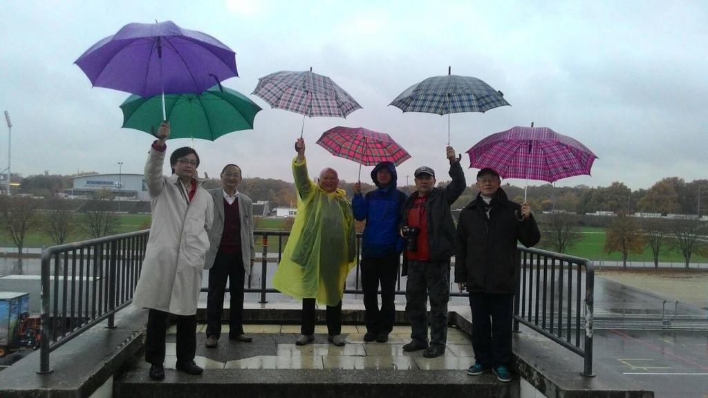 我們在紐倫堡《意志的勝利》希特勒演講台上,撐傘支持香港雨傘革命。記住歷史的教訓,阻止最成熟的法西斯政黨中共的極權擴張。。 http://t.co/yHxh4jO7QI