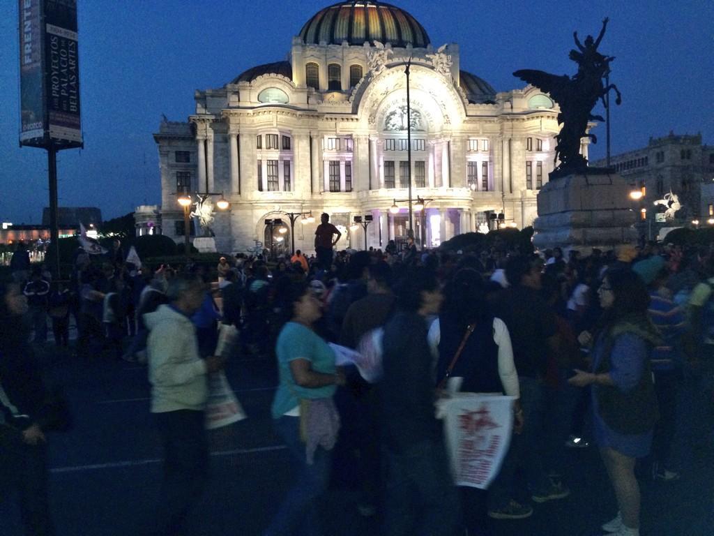 Irais Rasgado (@iraisrs): Más imágenes de la marcha #AccionGlobalporAyotzinapa #TodosSomosAyotzinapa http://t.co/mpUNNAt7pg