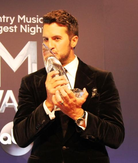 Shades of Wimbledon as @LukeBryanOnline kisses the CMA Entertainer trophy...his first CMA win ever!  #CMAawards http://t.co/ueZT8D9nWw