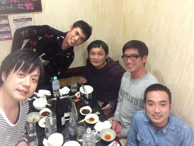 かもめんたる・槙尾ユウスケ (@makiokamomental): WAGEで集まって手賀沼ジュンに焼肉をご馳走になってる http://t.co/eykgfV4hDF