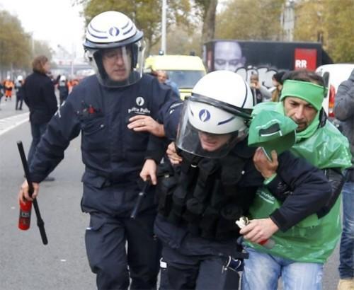 """Zo kan het dus ook """"@PiVanraes: Deze man is de held van de dag ! #held #Respect #Betoging6nov http://t.co/uTmOPzlltP http://t.co/LguCcoyUev"""""""