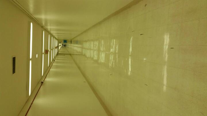 Psych ward?  No.  Newly reopened tunnel between T4 and T5 at LAX http://t.co/QUG5lrY777