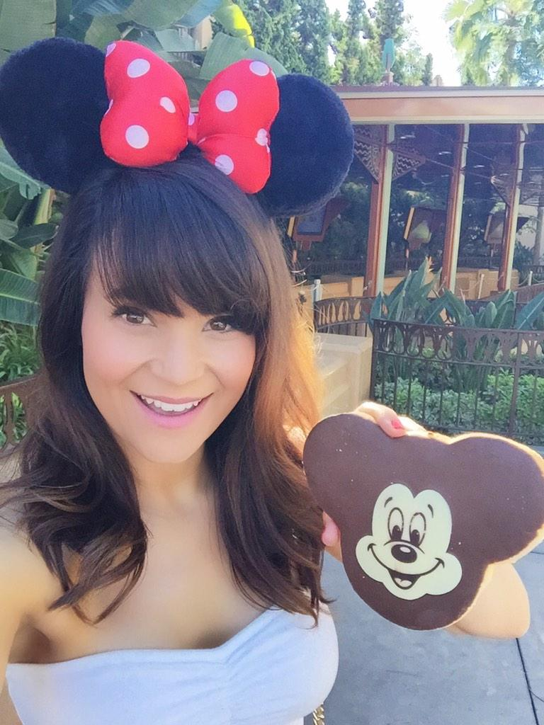 Dis Mickey Mouse Cookie Doe! Omnomnom 😊💕🐭🍪 http://t.co/sclQkYZh6A