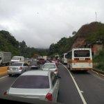 (9:43am) Informa>> @EdiangieRt: Cola para llegar a #Caracas prácticamente toda la vía ha sido cola. http://t.co/8Jdbf3Z6DT