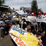 Profesores marchan por el centro de Santiago pese a acuerdo con el #Mineduc. Detalles http://t.co/aWDox2NGNi http://t.co/KftzYlqcQ5