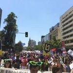 """[AHORA] Profesores pasan por La Moneda, cantando: """"Dónde está, que no se vé la ex-alumna Bachelet"""". #ParoDocente http://t.co/eSX3RdhH53"""
