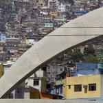 Equipe do GLOBO é recebida a tiros na Rocinha. http://t.co/EVXReak0sV http://t.co/LzJ3cU6O8n