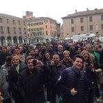 """Piazza Grande a #Modena, tanta voglia di cambiare. E i soliti 10 """"simpatici"""" contestatori in fondo. #Salvini #Lega http://t.co/U1jrEKQqtO"""