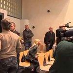 Heftige beelden: Vader van doodgereden meisje gooit stoel naar rechter: http://t.co/QpCn5314qJ http://t.co/Ddzhw8lDZK