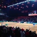 Monfils et Federer sont à léchauffement. Le deuxième match va débuter dici 3 minutes. #CoupeDavis #FRASUI http://t.co/HddhqCBOQN #FRASUI