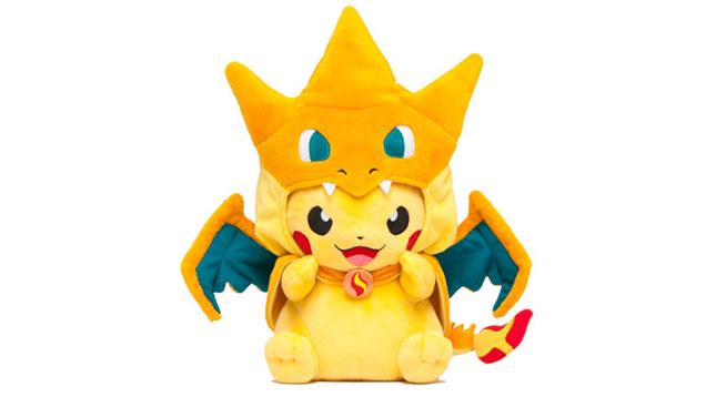 ¿Qué es más adorable que un Pikachu de peluche? Un Pikachu de peluche con una capa de Charizard de peluche http://t.co/uaI8qr4Rnp