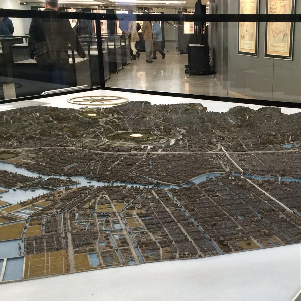 圧巻は、昭和六年に作られた東京市の五千分の一立体模型。土地の起伏、当時あった建築物(絵画館、旧国技館など)や、橋のディテールまで細かく再現。これだけでも見る価値ありです。 http://t.co/Sum8PFRPpw
