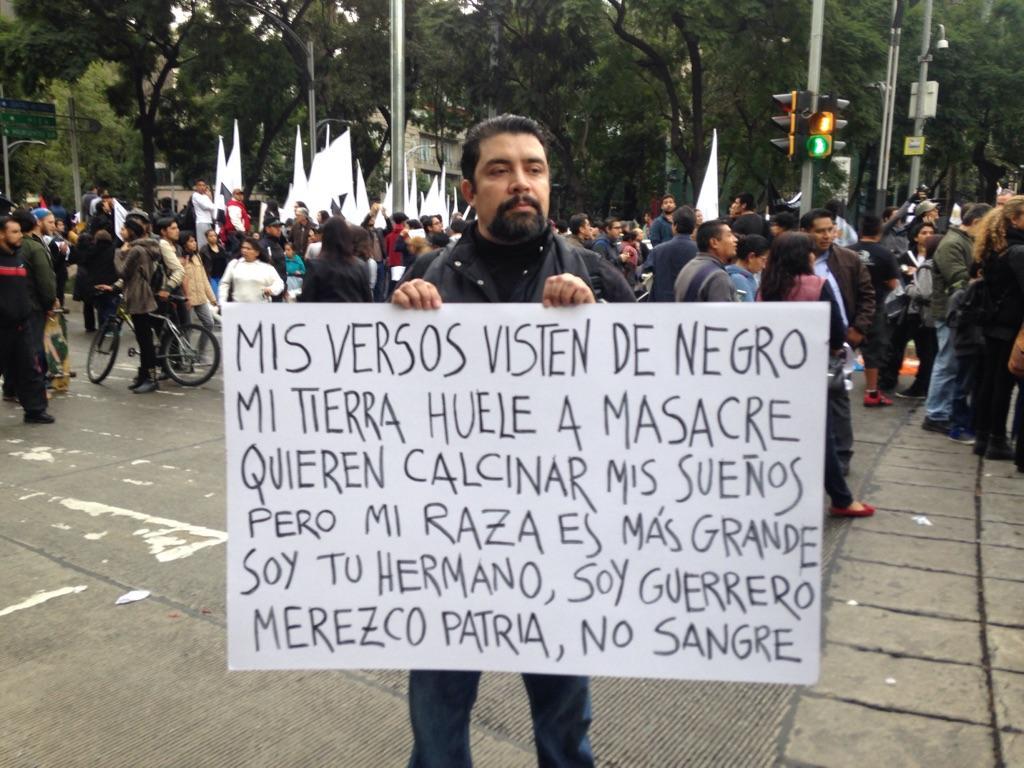 """""""Merezco patria, no sangre"""". Un hombre en la manifestación del #20NovMx #Ayotzinapa http://t.co/sbmoXuRm70"""