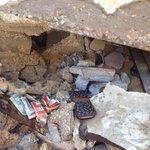 أموال خبئت للصدقة بقيت سليمة بعد مرور 3 أشهر على قصف البيت رغم الرياح والأمطار... فاجأت أهل ذلك البيت! #غزة http://t.co/E0XGKc4YhD