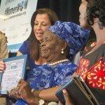 Avó de Obama recebe prêmio na ONU por garantir educação em vilarejo http://t.co/xUJGCm2ueB http://t.co/T9BLofOEg6