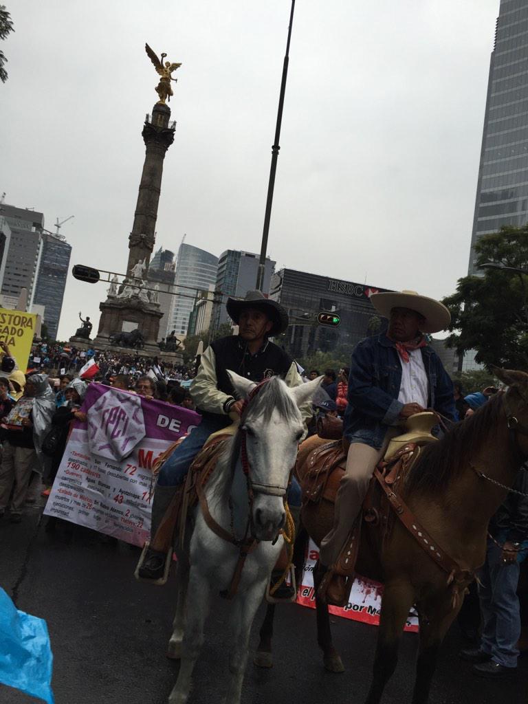 Caballos encabezan contingente de padres #ayotzinapa #AyotzinapaSomosTodos #FueElEstado #YaMeCanse http://t.co/d7MKgCaHy0