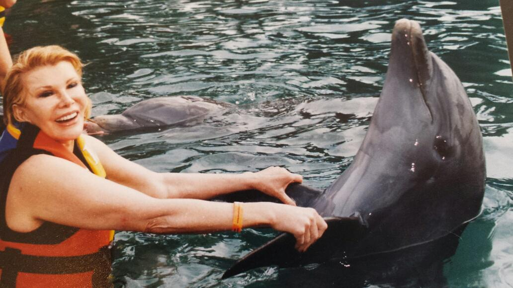 #TBT Before Mom had cataract surgery she thought this was a mother-daughter pic. She told the dolphin to say cheese. http://t.co/4iPucU8dAI