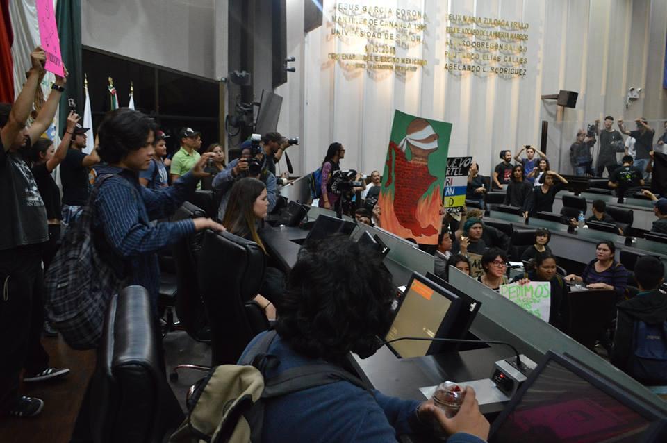Hoy el Congreso de #Sonora fue tomado por estudiantes y activistas #Ayotzinapa (fotos Staus #Unison) http://t.co/EtPuTFZY4p