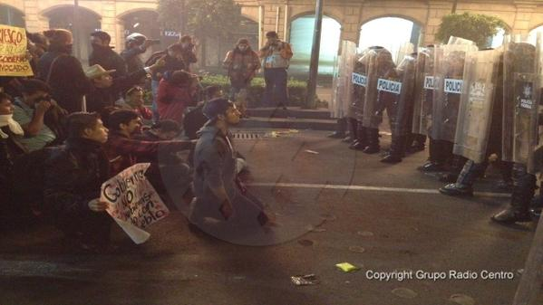 To avoid an attempt of repression mexican students sang the national anthem: http://t.co/bbIiDDvHQA #YaMeCansé #20NovMx #Ayotzinapa