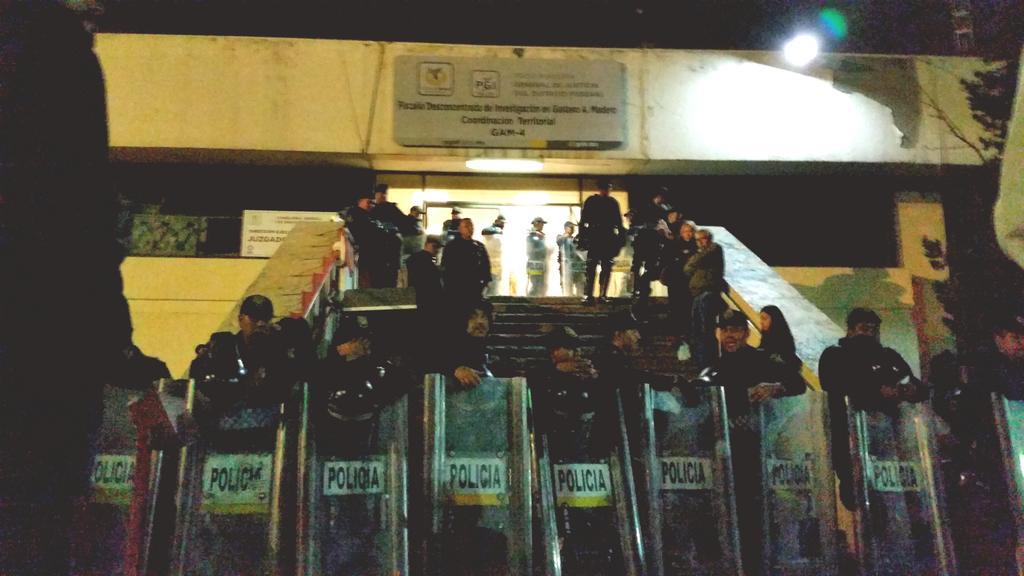 Sr. @ManceraMiguelMX vengo a representar a una joven detenida y sus policías no me permiten pasar #YaMeCansé #20NovMx http://t.co/pHCcl0b9eU