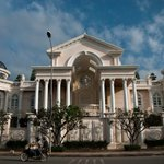 Ladies and gentlemen: the silliest mansion in #PhnomPenh. #Cambodia http://t.co/B9Xqp6p9vl