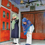These Iranian ladies visiting Agra yesterday couldnt find a mosque at prayer time.Prayed at a Hanuman temple instead http://t.co/9k3yIzUKr3