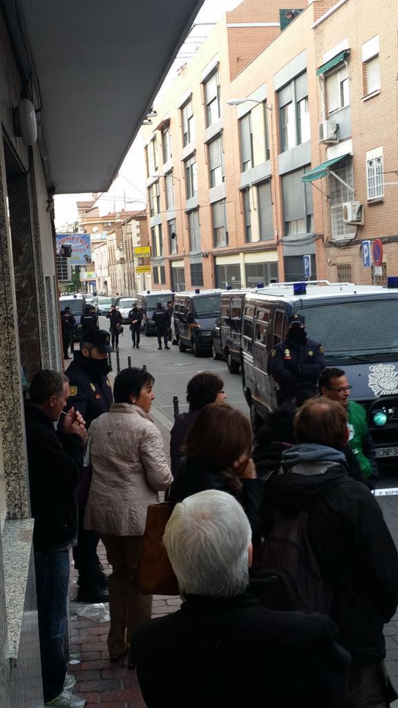 Vallekas, barrio madrileño, amanece lleno de policía para desahuciar a Carmen, de 85 años. #Vergüenza #StopDesahucios http://t.co/DFNmbH3eic