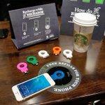 Starbuck จับมือกับ Duracell ในการจัดทำที่ชาร์ทไร้สายเพื่อให้บริการลูกค้าไม่ให้ต้องกังวลว่าแบตโทรศัพท์จะหมดระหว่างดื่ม http://t.co/FgbHfdOvWz