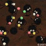 このシーンで登場する小さな黒い生きものたち、実は『となりのトトロ』でメイとサツキが「マックロクロスケ」と呼んでいた不思議な生き物と同じ仲間です。 http://t.co/8sgdNSG1VL