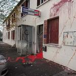 ❗#Sautron (44) Une quarantaine dindividus déterminés et violents vandalisent la gendarmerie. Cinq interpellations http://t.co/s4p4EgSPDQ