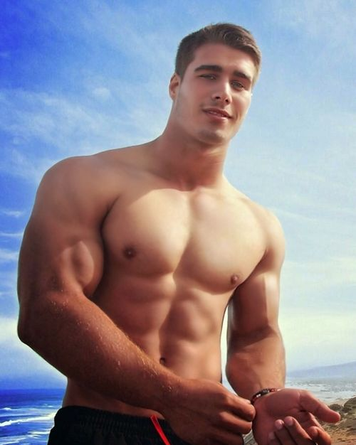 BIG Sunday plans. #grindrHuge http://t.co/1Y3nGmZMF7