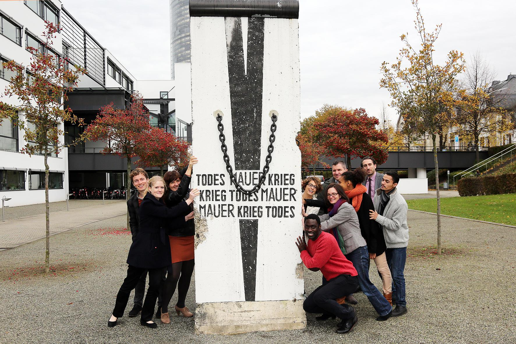 RT @dw_english: DW's social media team in front of a piece of the #BerlinWall. How are you commemorating its fall? #dw_mauerfall http://t.c…