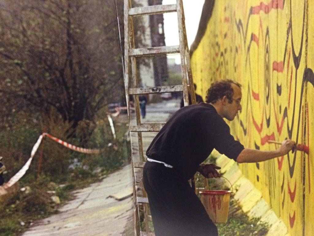 The #BerlinWall fell 25 years ago today! @KeithHaring painting a mural on it in 1986 #PoliticalHaring #KeithHaring http://t.co/gG1JDu7Yb0