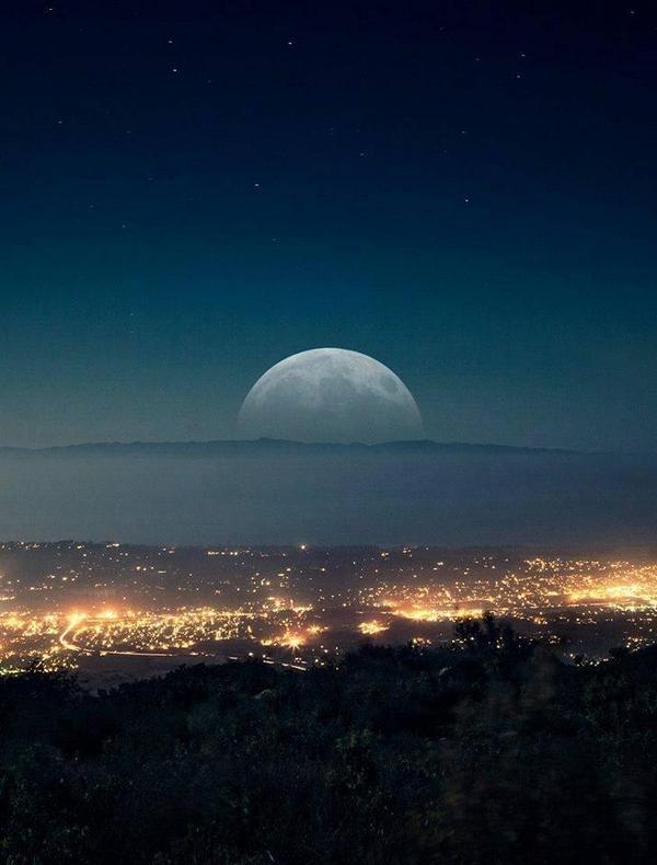 Moon on the horizon, Santa Barbara, California http://t.co/JmWzwKHTmV