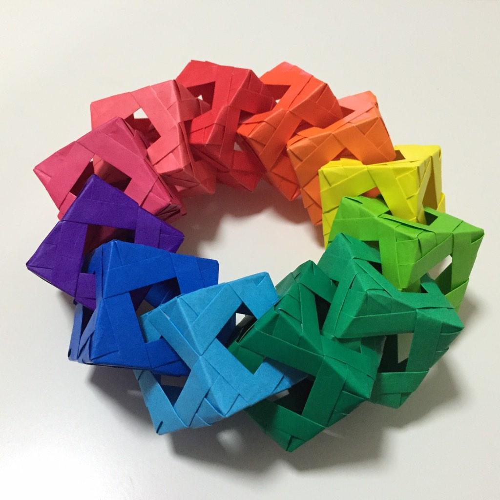 无聊的人在无聊的时间做的无聊事。掐了一下表,精确地每半小时折一个立方体。 http://t.co/lBAF8NEcGY