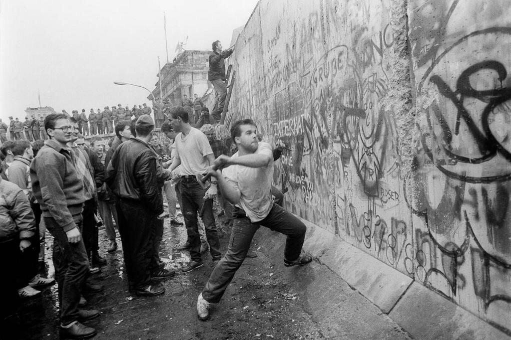 25 years ago today, the Berlin Wall fell. A remarkable moment in history. http://t.co/Hl3YlTDnXB
