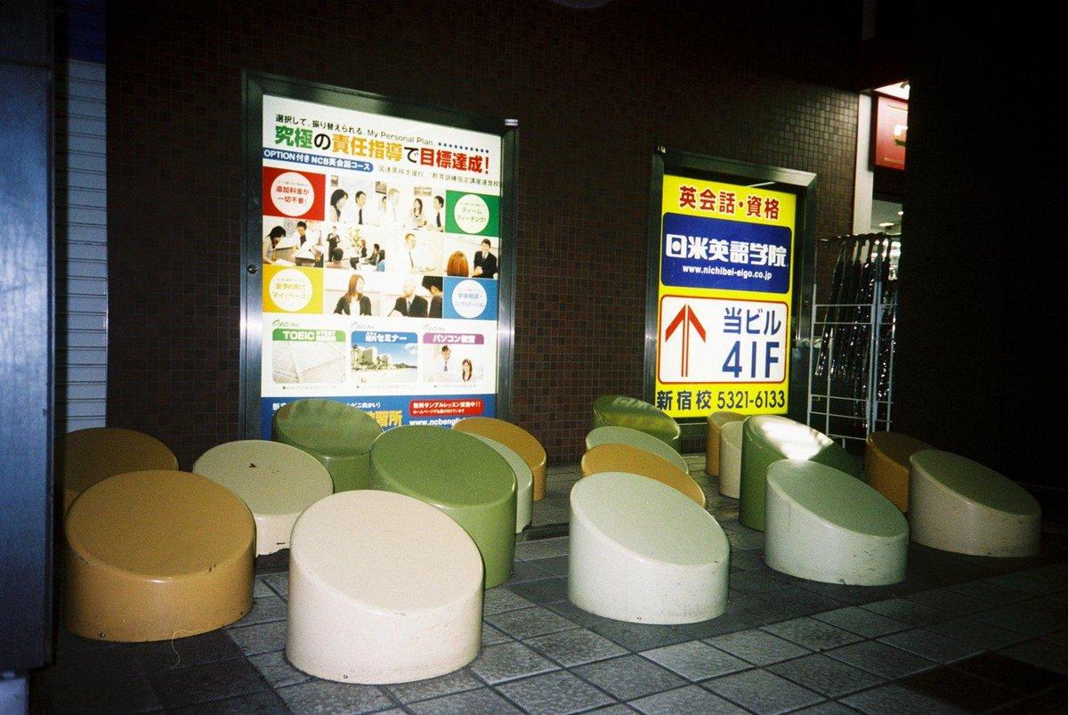 ほう。新宿の地下道などにある、やたらとデコボコしたホームレス除けのオブジェのことを「排除アート」というのか。凄い言葉。排除アート。 http://t.co/zCGnrTosI8