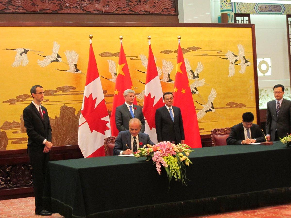 Air China et Air Canada forment une alliance stratégique. Les PDG signent l'entente à Beijing.