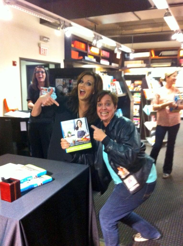 @martinamcbride oh, heres the pic! I know how ya always gotta get a pic of me, so here ya r ---> http://t.co/UbUt98tSa5