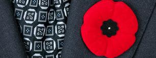 カナダでは11月11日は「Remembrance Day」(リメンバランス デー)という祝日。1918年11月11日に第一次世界大戦の休戦協定が結ばれたためです。カナダでは募金と交換にもらう赤いポピーのピンを皆がつける時期です。 http://t.co/qxTfviAEfd