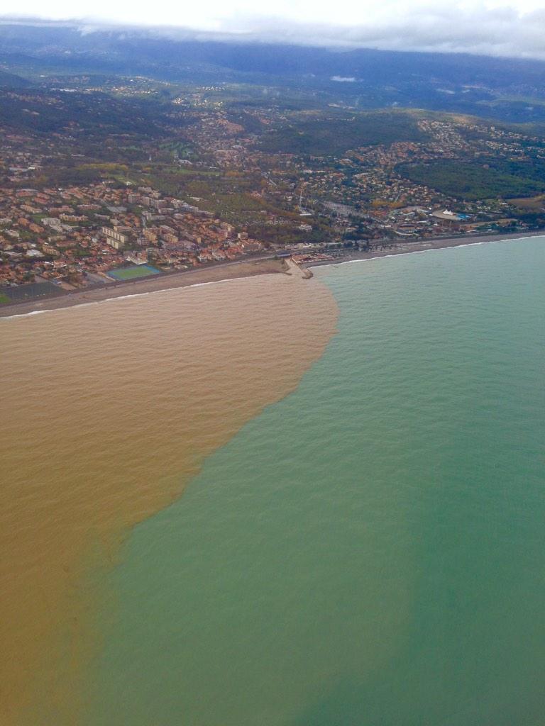 Quand il pleut fort à Nice voilà ce que ça donne ensuite dans la Méditerranée http://t.co/f8F01eis0E