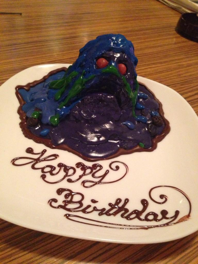 ペルソナストーカー倶楽部の公開収録にゲスト出演させていただきました!まさかの収録後に誕生日ケーキ……ですよ、ね、をいただきましたー!じゃーん‼ ありがとうございます笑 http://t.co/U9OGem5IUT