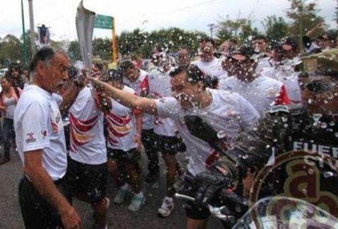 Estudiantes apagan la antorcha de los Juegos Centroamericamos por caso Iguala http://t.co/9HOXwybNqm http://t.co/7MEHkHJnNT